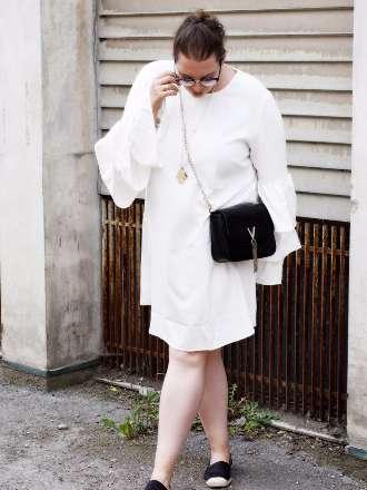 weißes Kleid mit Volant