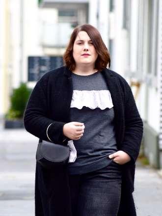 Karo-Pullover, langer Mantel und Statement-Tasche