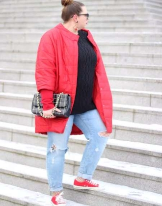 roter Oversize Mantel & Used Jeans