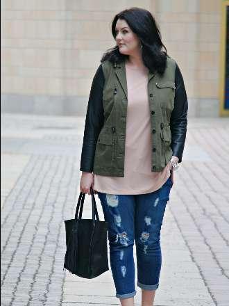 Long Shirt, Ripped Jeans und Jacke mit Lederärmeln