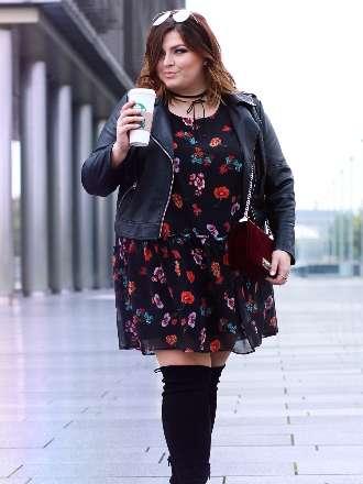 Kleid mit Overknee Stiefeln & Lederjacke