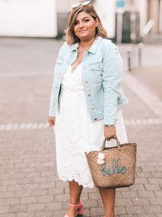 Sommeroutfit mit Kleid und Jeansjacke