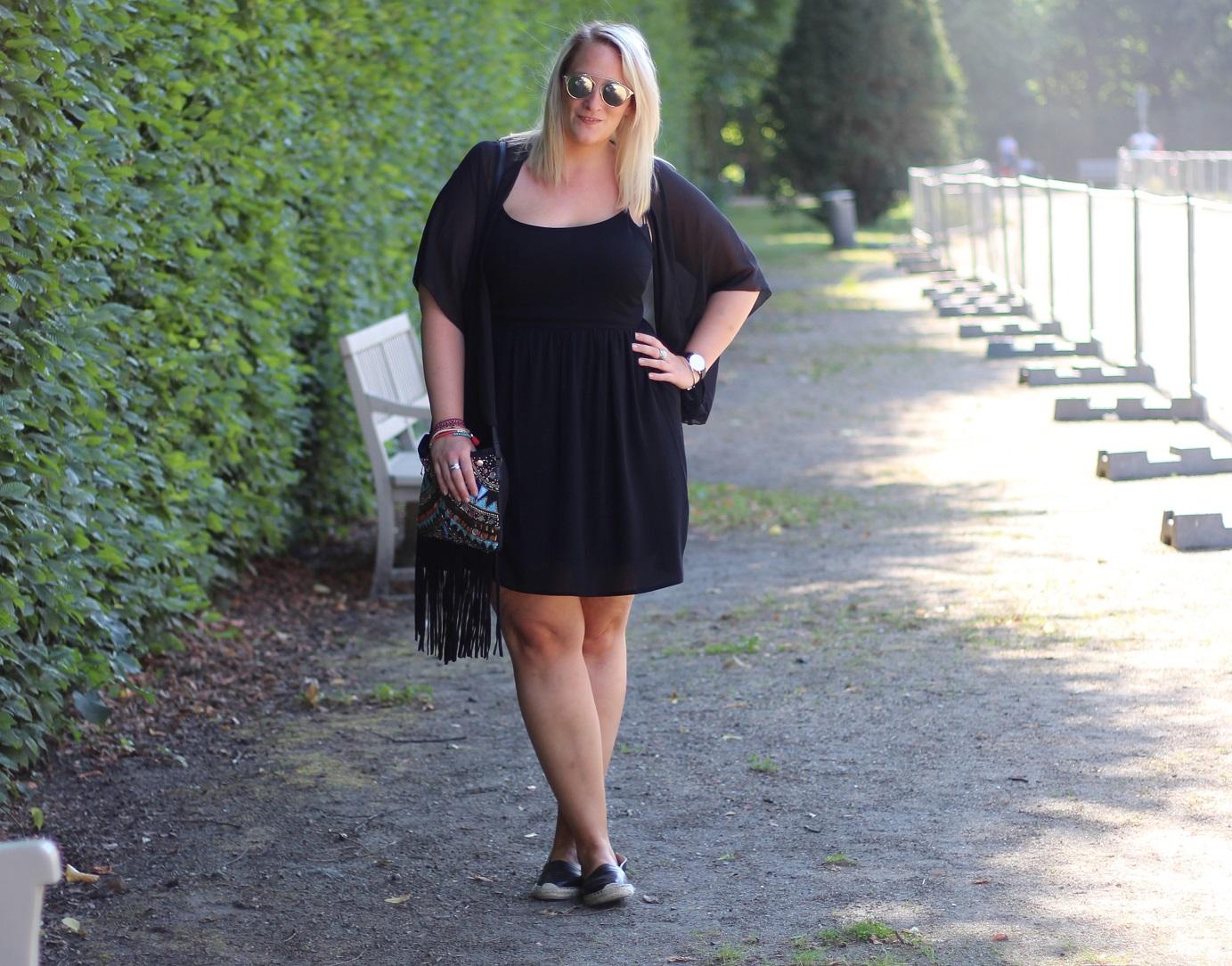 Figurschmeichelndes Kleid für große Größen - bei incurvy.de!