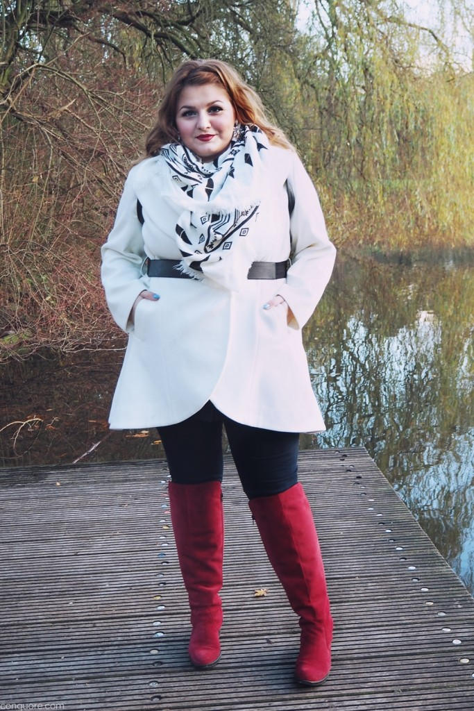 weißer-mantel-rote-stiefel-look-plus-size